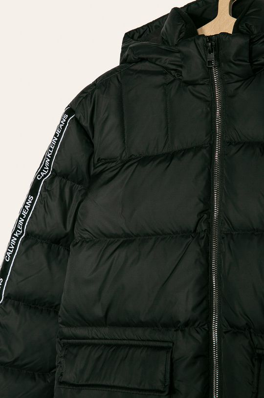 Calvin Klein Jeans - Detská páperová bunda 140-176 cm  Podšívka: 100% Polyester Výplň: 30% Páperie, 70% Páperie Základná látka: 100% Polyester