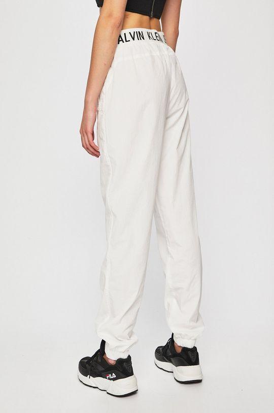 Calvin Klein Jeans - Kalhoty  Podšívka: 100% Polyester Hlavní materiál: 100% Polyamid Provedení: 73% Bavlna, 2% Elastan, 25% Polyester