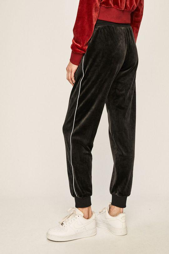 Nike Sportswear - Kalhoty Hlavní materiál: 6% Elastan, 94% Polyester Podšívka kapsy: 100% Bavlna Stahovák: 51% Bavlna, 2% Elastan, 47% Polyester