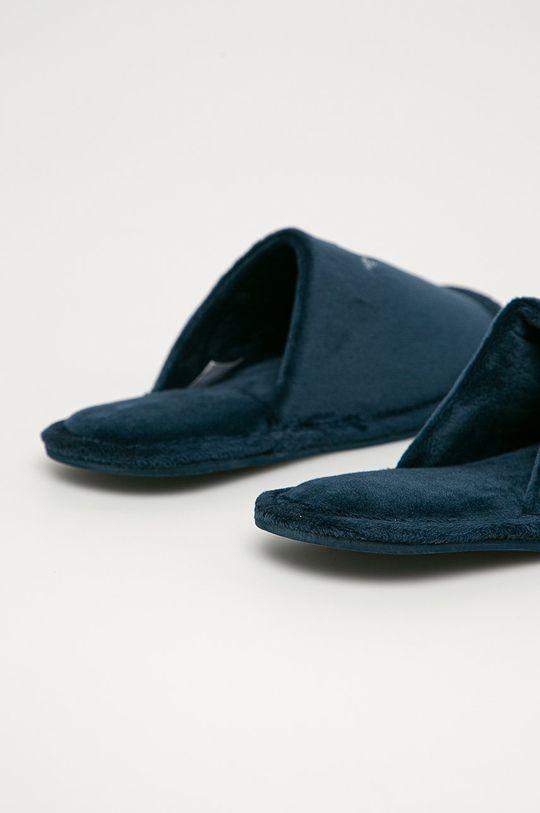 Emporio Armani - Тапочки  Халяви: Текстильний матеріал Внутрішня частина: Текстильний матеріал Підошва: Синтетичний матеріал