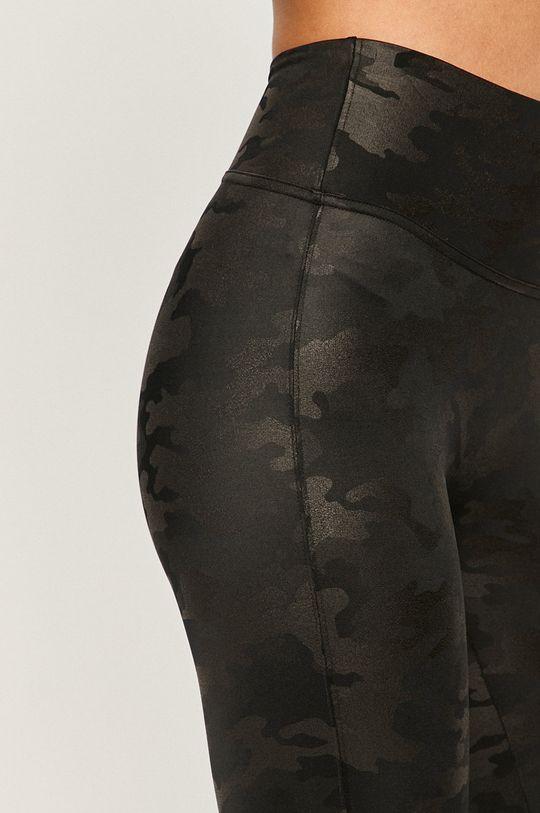 Spanx - Legíny  Hlavní materiál: 13% Elastan, 87% Nylon Jiné materiály: 20% Elastan, 80% Polyester