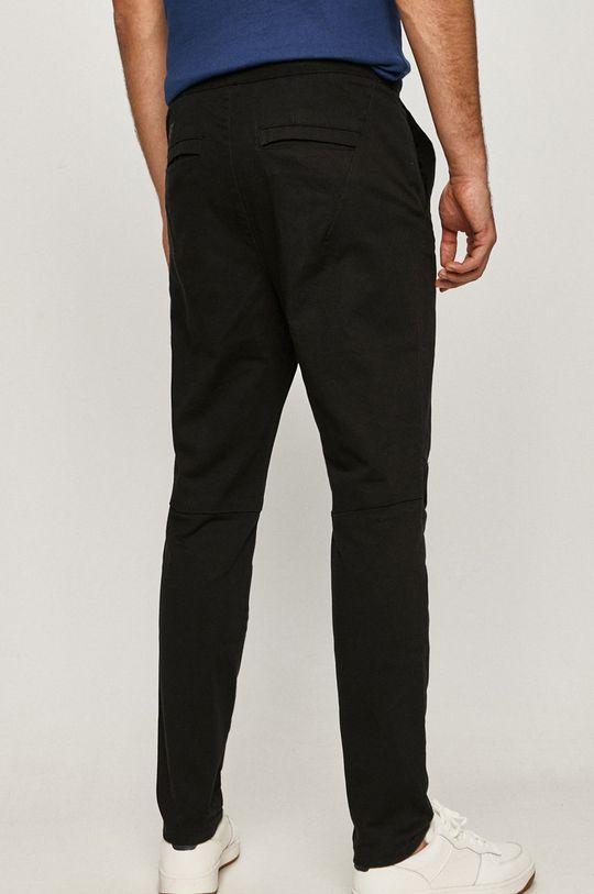 4F - Kalhoty  Hlavní materiál: 98% Bavlna, 2% Elastan Jiné materiály: 35% Bavlna, 65% Polyester
