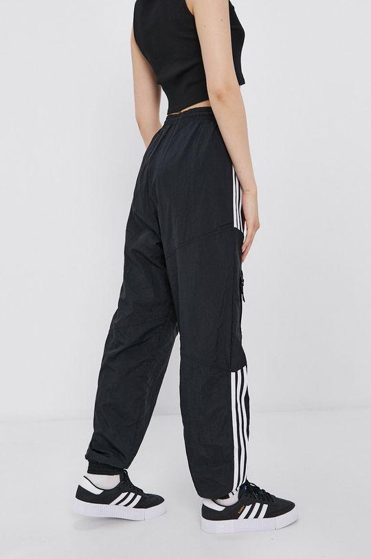 adidas Originals - Kalhoty  Podšívka: 100% Recyklovaný polyester Hlavní materiál: 100% Recyklovaný polyamid