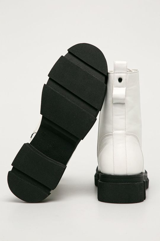 Medicine - Bocanci Black Art  Gamba: Material sintetic Interiorul: Material textil Talpa: Material sintetic