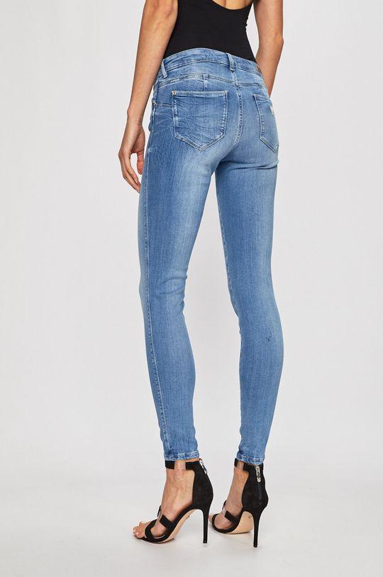 Guess Jeans - Farmer Curve X  Jelentős anyag: 30% pamut, 2% elasztán, 63% lyocell, 5% poliészter Zseb beles: 30% pamut, 70% poliészter