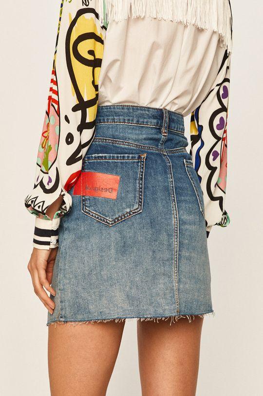 Desigual - Rifľová sukňa  100% Bavlna Pokyny na ošetrovanie :  Nesmie sa chemicky čistiť, prať v pračke pri teplote 30 stupňov, nesmie sa sušiť vbubnovej sušičke , nesmie sa bieliť, žehliť pri nízkej teplote