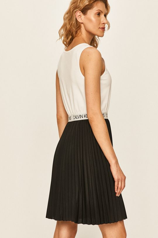Calvin Klein Jeans - Šaty  Materiál č. 1: 4% Elastan, 77% Polyester, 19% Viskóza Materiál č. 2: 100% Polyester