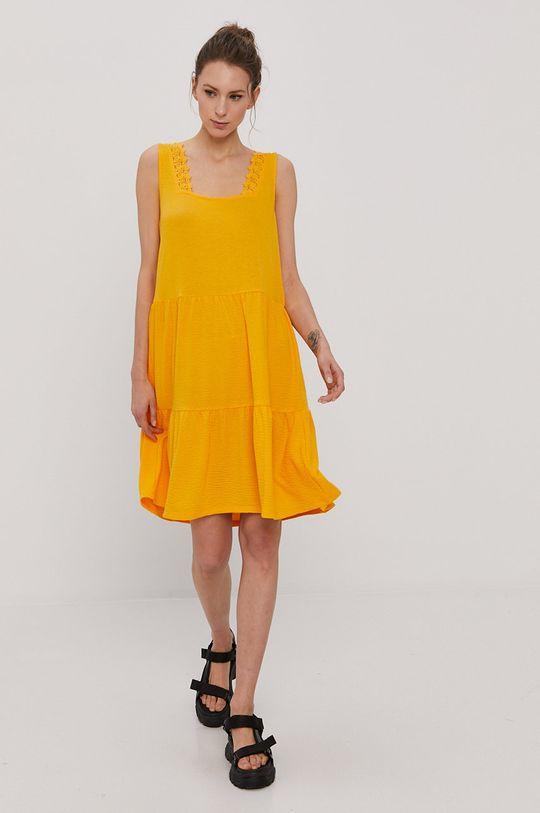 Vero Moda - Šaty  1% Elastan, 14% Polyester, 25% Viskóza, 60% Recyklovaný polyester